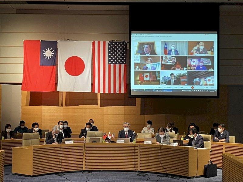 台湾、日本、アメリカの国会議員による初の「台日米戦略対話」が台湾時間29日午前7時にオンラインで開かれた。台日米戦略会話は、日本の超党派議員連盟「日華議員懇談会)」が主催し、台湾、日本、アメリカの有力な国会議員が参加した。台湾側は、游錫堃・立法院長が立法院の「台湾・日本交流聯誼会」の会長として、与野党の立法委員を率いて参加した。(写真:CNA)